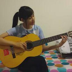 cewek bisa main gitar itu keren loh,cantiknya nambah #Eaeaeaaaa kayak yg satu…