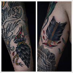 Flecha no @chefandrevieland entre trabalhos foda do @bitspma, @briangomes  e @xmanoelxnetox. 🙏    #ardhamtatuaria #tattoo #sp #tattoo2me #traditionaltattoo #arrow #oldlines #topclasstattooing
