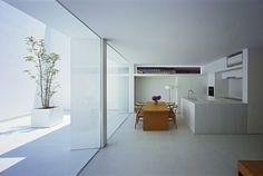 weiße Einbauküche Essplatz gestalten Beton Fliesen Glas