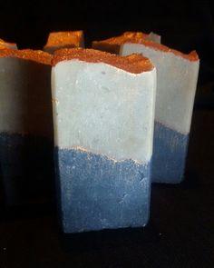 Масло какао,ши,грязь мертвого моря,актевированый уголь, эфирные масла чайного дерева, розмарина.