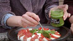 Pesta — Recepty —(bazalkové, rajčatové, petrželové, koriandrové)// Klasické bazalkové pesto: • ½ hrnku piniových oříšků • 2 hrnky lístků bazalky • ½ hrnku strouhaného parmezánu • ½ hrnku extra panenského olivového oleje • 1 stroužek česneku • 1 lžička citronové šťávy • mořská sůl • čerstvě mletý pepř. — Pesto ze sušených rajčat: • 1 hrnek sušených rajčat • ⅓ hrnku piniových ořechů • 2 stroužky česneku • ⅓ hrnku strouhaného parmeánu • ½ hrnku extra panenského olivového oleje. Caprese Salad, Fresh Rolls, Pesto, Cooking Tips, Brunch, Herbs, Homemade, Ethnic Recipes, Food