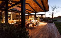 O escritório de Camila e Mariana Lellis foi responsável pela decoração dos ambientes. As arquitetas escolheram a madeira freijó para grande parte dos móveis. Foto: Divulgação / Marcelo Scandaroli