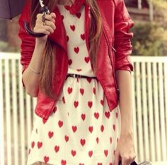 Anna-style outfit: red leather jacket and heart-print dress Image Fashion, Look Fashion, Fashion Beauty, Street Fashion, Fashion Photo, Fashion Women, Winter Fashion, Mode Outfits, Fashion Outfits