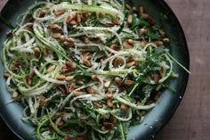KAROLA'S KITCHEN * COURGETTI MET PARMEZAAN EN PIJNBOOMPITJES - raw zucchini noodles with Parmesan cheese, roasted pinenuts and basil