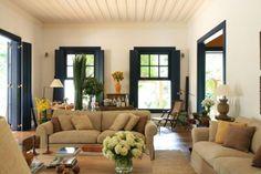 Sala da fazenda com flores e teto trabalhado com molduras