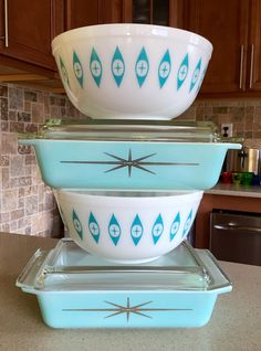 There are a couple of things that you need to understand about Pyrex though. During time, Pyrex was utilized to make numerous dishes for customer use, many with beautiful colors and patterns. As Pyrex seems back, it remains an perfect… Continue Reading → Vintage Kitchenware, Vintage Dishes, Vintage Glassware, Vintage Pyrex, Vintage Tins, Pyrex Vintage Patterns, Vintage Stuff, Retro Vintage, Vintage Appliances