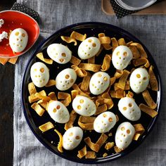 72 Halloween Potluck Recipes to Feed a Crowd Halloween Snacks, Halloween Dishes, Hallowen Food, Spooky Halloween, Halloween Party Themes, Potluck Recipes, Egg Recipes, Holiday Recipes, Snack Recipes