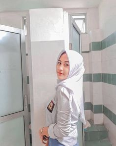Gambar mungkin berisi: satu orang atau lebih Beautiful Hijab, Beautiful Asian Women, Indonesian Girls, Girl Hijab, High School Girls, Hijab Fashion, Asian Woman, Beauty Women, Girl Outfits