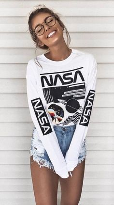 Geek Chic with a nasa sweater and spectacle. & How To Be The Girl That Everyone Looks At The post How To Be The Girl That Everyone Looks At appeared first on Trendy. Cute Summer Outfits, Trendy Outfits, Fall Outfits, Geek Chic Outfits, Outfit Summer, Summer Shorts, Summer Outfits For Teen Girls Hipster, Cold Spring Outfit, Cute Outfits With Shorts