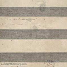 Papel Pintado Paris RS70108 de rayas horizontales en gris y beige y escritos encima del diseño en escritura manual, todos los elementos jugando con diferentes tonos y sombras, aportando efecto de papel antiguo o desgastado.