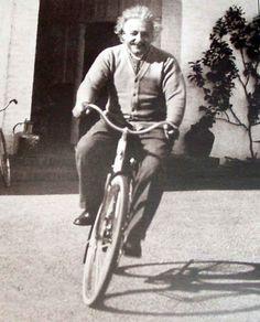 """Cuando alguien tuvo el atrevimiento de preguntar a Albert Einstein cómo había llegado a formular su teoría general de la relatividad, éste, divertido por la inocencia de la pregunta, le miró por encima de sus anteojos y contestó: """"Se me ocurrió mientras montaba en bicicleta""""."""