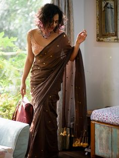 Suitcases For Teens, Call Orange, Beautiful Saree, Beautiful Ladies, Saree Blouse, Indian Beauty, Glitters, Dress Patterns, Indian Fashion