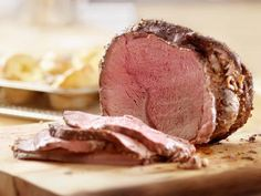 A free collection of the very best recipes for beef. Includes simple and easy recipes such as crispy beef bites and classic cuisine like beef wellington, pot roast and meat loaf. Rare Roast Beef, Roast Beef Dinner, Cooking Roast Beef, Sirloin Roast, Beef Pies, Roast Beef Recipes, Rib Roast, Sunday Roast, Rib Recipes