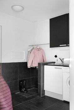Kodinhoitohuoneessa oleva erillinen kuraeteinen on fiksu ratkaisu, jos perheessä urheillaan, ulkoillaan ja harrastetaan paljon.