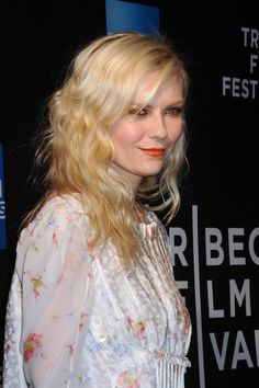 Kirsten Dunsts chic, hat hairstyle