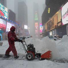 Un addetto alla pulizia delle strade a Times Square #NewYork