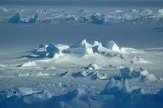 El área alrededor del Polo Sur geográfico, es conocida como la Antártica, e incluye al continente de la Antártica y partes del gran Océano Sur.