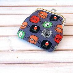 * Peňaženka či taštička na drobnosti, lieky a podobne. Najmenší model z peňaženiek, ktoré vyrábam. Je vyrobená z dizajnérskej USA stálofarebnej bavlnenej látky. Podšitá je menžestro...