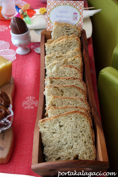 Soğanlı Dereotlu Ekmek: yarım su bardağı (120ml) ılık su yarım su bardağı (120ml) ılık süt 1 yemek kaşığı tereyağı 1 yemek kaşığı toz şeker 1 tatlı kaşığı kurutulmuş biberiye (fesleğen de olur) yarım tatlı kaşığı tuz yarım tatlı kaşığı dereotu (ben daha fazla koydum) yarım tatlı kaşığı sarımsak tozu (ben doğranmış ekledim) çeyrek su bardağı kuru soğan, doğranmış 2,5-3 su bardağı un 1 paket instant maya