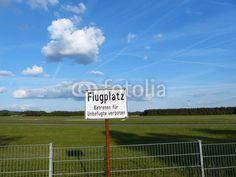 Sperrzaun und Warnschild am Segelflugplatz Oerlinghausen bei Bielefeld in Ostwestfalen-Lippe