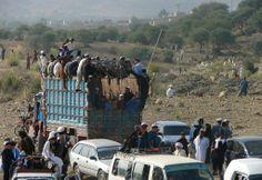 パキスタンの北ワジリスタン(North Waziristan)地区ミランシャー(Miranshah)で、アフガニスタンでの選挙にあわせて出された外出禁止令のために立ち往生する国内避難民(2014年6月14日撮影)。(c)AFP=時事/AFPBB News