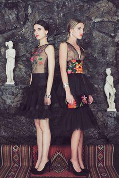 Spanish style – Mediterranean Home Decor Mexican Outfit, Mexican Dresses, Mexican Style, Mexico Fashion, Festa Party, Ethnic Fashion, Women's Fashion, Designer Dresses, Ideias Fashion
