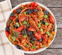 Mediterranean Vegetable Spaghetti - an even healthier, carb version would be to replace the brown rice noodles with spaghetti squash. Whole Foods, Whole Food Recipes, Clean Eating, Healthy Eating, Pasta Recipes, Cooking Recipes, Deliciously Ella, Vegetarian Recipes, Healthy Recipes