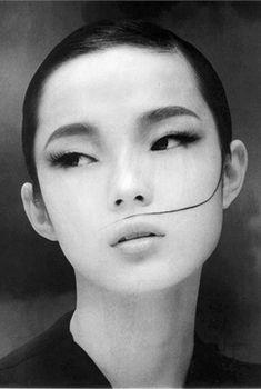 En l'espace de 2 ans, Xiao Wen Ju est passée d'une vie tranquille d'adolescente chinoise aux podiums des plus grandes maisons de luxe.