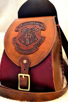 I would carry this for a purse! Leather and Harry Potter, my two weaknesses Harry Potter Accessories, Harry Potter Items, Mundo Harry Potter, Harry Potter World, Harry Potter Hogwarts, Shoe Cobbler, Schuster, Book Purse, Leather Tooling