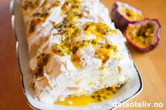 -Tropisk marengsrull- Meringue Roulade with filling of mascarpone/creme fraiche/cream and tropic fruits Meringue Roulade, Pavlova, Creme Fraiche, Mashed Potatoes, Mango, Yummy Food, Baking, Fruit, Cookies