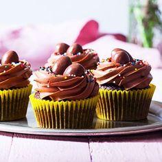 """Baka med choklad på tre sätt och uppfyll en dröm för chokladälskaren. Påskgarnera dessa cupcakes med chokladägg i mitten och spritsa chokladfrosting runt, så det blir som små fågelbon. För """"light-versionen"""" – halvera mängden chokladfrosting!"""