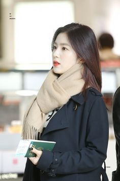 These photos of Red Velvet Irene's no-makeup look are a testament to her beauty Park Sooyoung, Seulgi, Asian Woman, Asian Girl, Daily Fashion, Girl Fashion, Rapper, Red Velvet Irene, Velvet Fashion