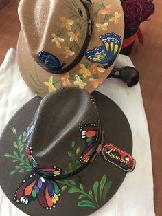 Tole Painting, Fabric Painting, Painted Hats, Hand Painted, Sombrero Cowboy, Country Style Outfits, Felt Crafts Diy, Diy Hat, Painting Leather