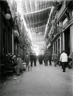 Ya a principios del siglo XX los sevillanos de la época eran listos y colocaban los toldos en el centro. #SevillAyer