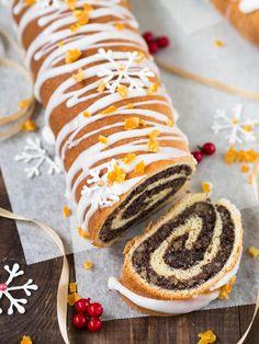 Ten makowiec zawijany zawsze się udaje. W tej wersji z bogatym nadzieniem i nutą marcepanu, udekorowany pięknymi śnieżynkami z lukru. Gwarantuję, że natychmiast zniknie ze stołu! Dlatego podaję przepis na dwie sztuki. :) Cake Cookies, Cupcake Cakes, Polish Recipes, Polish Food, Strudel, Food Photo, Doughnut, Food And Drink, Favorite Recipes