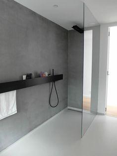 La zona doccia di un bagno moderno dovrebbe essere come quella in foto: minimalista e con tanta luce. Se stai pensando di arredare un bagno in stile moderno leggi la mia guida. All'interno trovi tutti gli step da seguire, compresi gli errori da non fare! #arredamento #bagno #casa #interiordesign #bathroom #salledebain