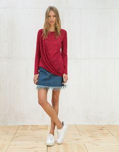 Jersey asimétrico drapeado delantero. Descubre ésta y muchas otras prendas en Bershka con nuevos productos cada semana