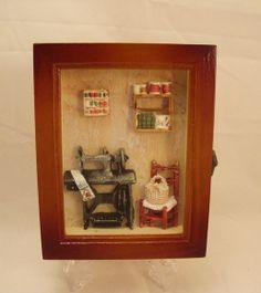 Porta chaves gabinete em madeira, miniaturas de resinas com motivos de costura,lindo para guardar suas chaves e decorar seu ateliê de costura!                                                                        ALTURA-22 cm .                                                                             LARGURA-17 cm.                                                                          PROFUNDIDADE-06 cm. R$ 143,97