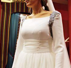 Detalle de la penúltima prueba del vestido de novia de Leire. Un diseño atemporal con un toque actual muy favorecedor. La pedrería en los hombros en un tono plata es el contrapunto a la sobriedad de un vestido elegante y discreto. #wedding #weddingdress #bride #bride2015 #2015 #bridal