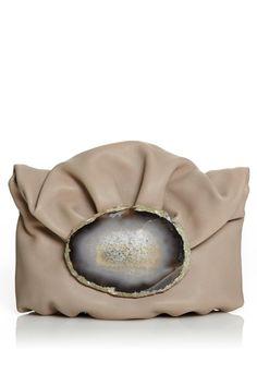 Malababa - , bolso Minihontas en piel de cordero con asa de cadena trenzada de quita y pon. Estructura fruncida con pliegues guateados. Pieza de mineral de Ágatha auténtica sobre cierre con broche imán.
