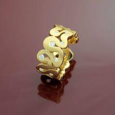 Goldschmiedekunst: Das Band aus massivem Gold schlängelt sich kunstvoll um die in den Biegungen gefassten Brillanten und formt so einen Ring mit einzigartigen Charakter.