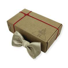 Gravata Borboleta Light Gold – Dois Maridos – Gravatas Borboletas, Suspensórios e informações de moda.