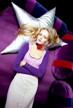 Feeling Purple Today ⭐️🔮 Twiggy relaxing on a purple bed, her head cradled by a silver star while she listens to Prince records all day (December, 📸 Douglas Kirkland Patti Hansen, Lauren Hutton, Rodney Smith, Vogue, Sixties Fashion, Iconic Women, Retro, Supermodels, Fashion Models