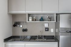 "92 Likes, 1 Comments - Mari Velloso Interiores (@marivellosointeriores) on Instagram: ""Cozinha no Studio. Foto @juliaherman_fotografia #studio #cozinhapequena #decorcinza #marcenaria…"""