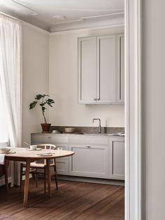 The Scandinavian Shaker Kitchen by Nordiska Kök (The Design Chaser) Interior Modern, Home Interior, Kitchen Interior, Interior Design, Beautiful Kitchens, Cool Kitchens, Nordic Kitchen, Scandinavian Kitchen, Classic Kitchen