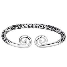 Nos forgerons se sont inspirés des gravures scandinaves pour vous proposer ce magnifique bracelet. Aidez-nous à partager ces traditions ancestrales à travers le monde et le temps ! Viking Metal, The Bangles, Bracelets, Viking Shop, Couple Rings, Men And Women, Pagan, Heart Ring, Copper