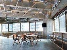 all photos(C)Gottingham 大野友資|DOMINO ARCHITECTSが設計した、東京・渋谷のオフィス「Cooop3」です。 このスペースは、東京都渋谷にある企業のためのプロジェクトスペースとして計画された。一人で作業をするための静かな執務空間ではなく、ブレインストーミングや議論を行うことを目的とした活動的な場所である。フロアは隣接する首都高と同じ高さにあり、窓の外では車がハイスピードで行き交い、まるで地上階にいるような錯覚を起こす。外の景色と同じように、中では多種多様なプロジェクトが目まぐるしく交錯するため、それを受けとめる空間の機能が要求された。 ※以下の写真はクリックで拡大します                         以下、建築家によるテキストです。 ********** Outline…