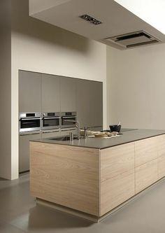 cuisine bois clair, quelle couleur pour les murs d'une cuisine, couleur taupe pour les fours, le frigo et le sol, ambiance minimaliste