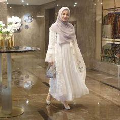 Tips Padu Padan Atasan dengan Rok Plisket Kekinian ala Shireen Sungkar Kebaya Hijab, Kebaya Dress, Dress Pesta, Casual Hijab Outfit, Ootd Hijab, Hijab Chic, Casual Ootd, Muslimah Wedding Dress, Niqab