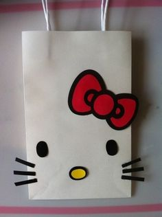 Bolsa blanca personalizada como Hello Kitty. #FiestasInfantiles Kitty Party, Hello Kitty Theme Party, Hello Kitty Themes, Birthday Gift Bags, 6th Birthday Parties, Birthday Party Decorations, Hello Kitty Gifts, Hello Kitty Cake, Little Girl Birthday